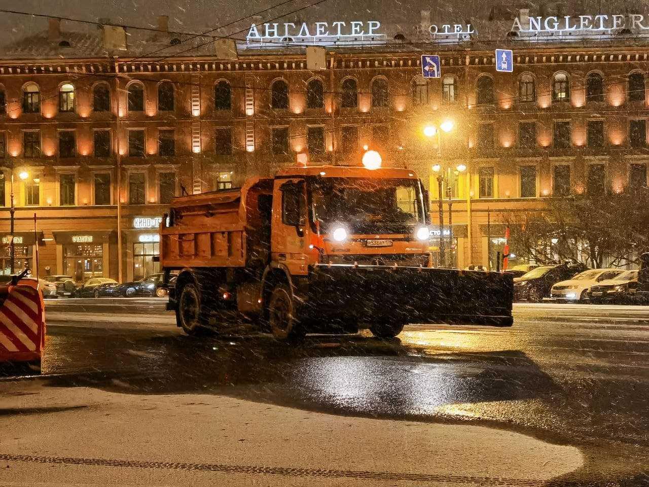 Почти тысяча снегоуборочных машин боролась с последствием снегопада этой ночью