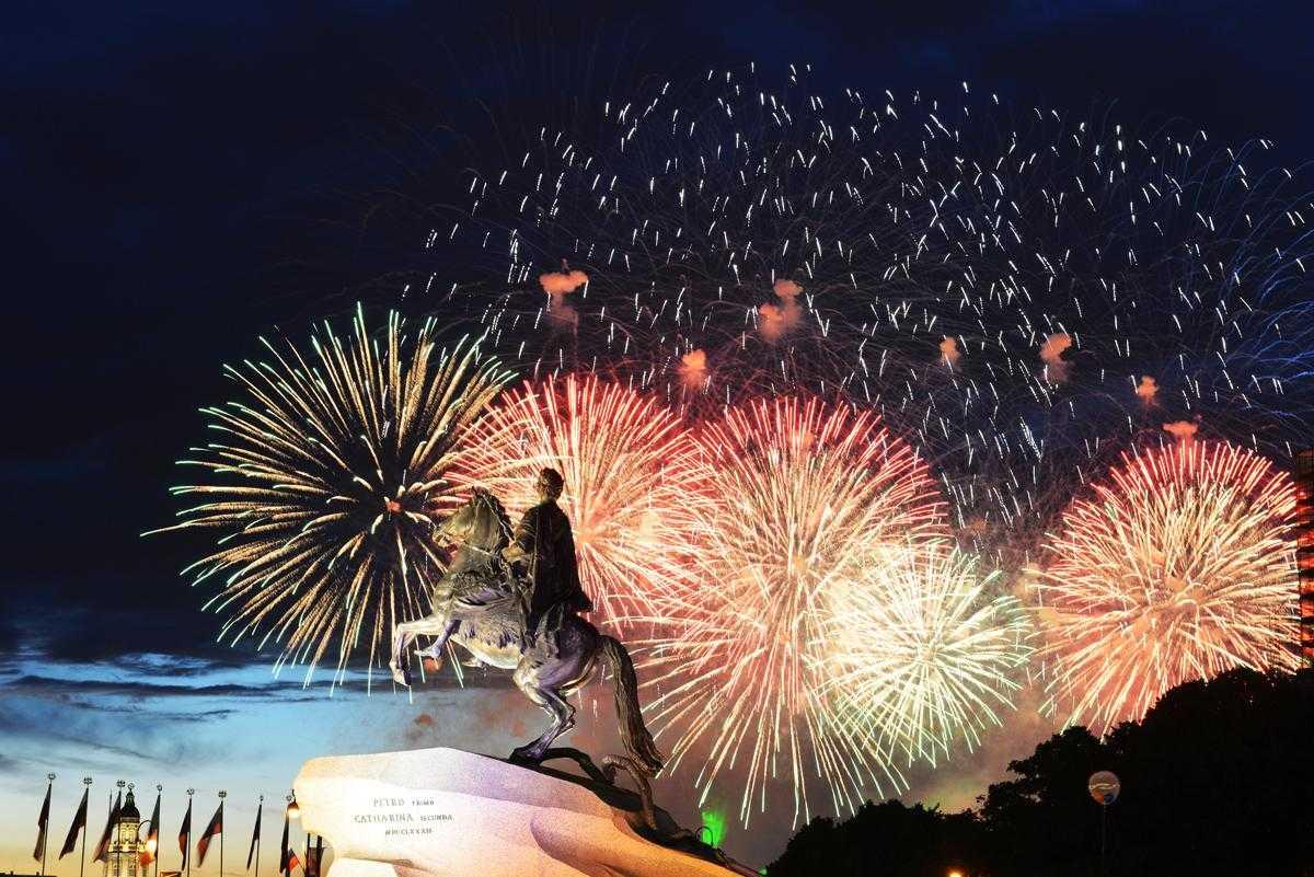 На 23 февраля петербуржцы увидят салют из 1,5 тысяч фейерверков