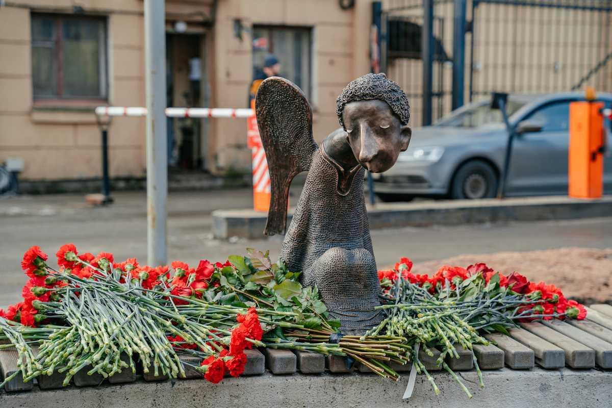 Беглов открыл памятник врачам-героям: здорово, что скульптура появилась в городе