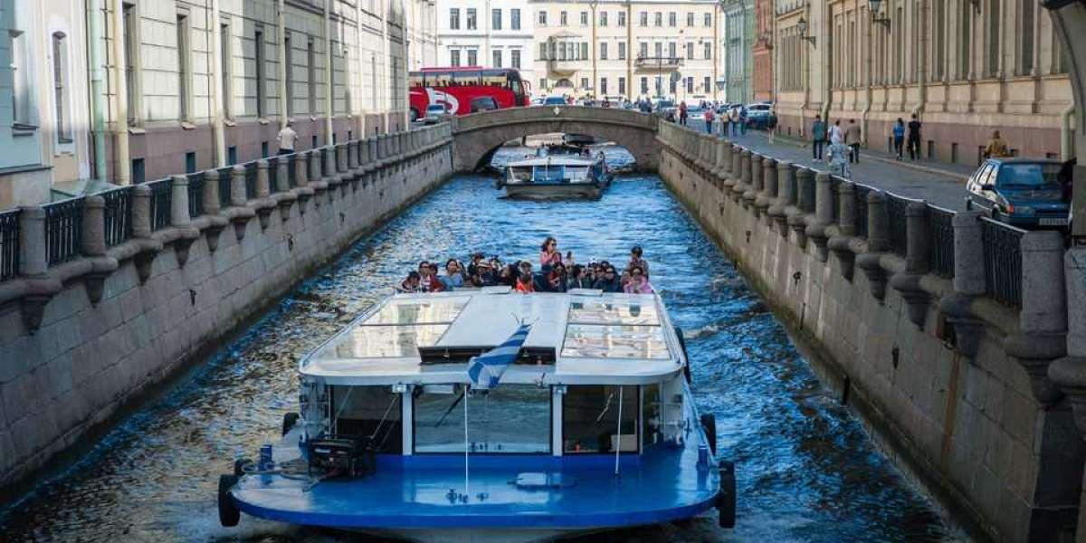 В Петербурге заметили первые катера на набережной канала Грибоедова после открытия навигации