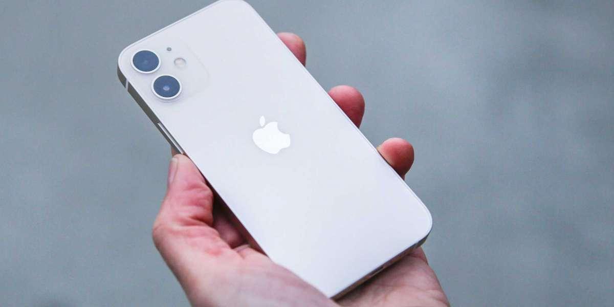 iPhone 12 подешевел в России на треть