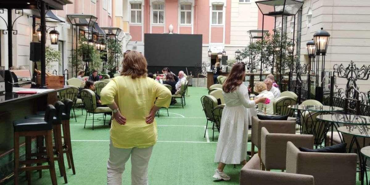 Хуже шавермочной — в питерском «Мезонине» при Гранд Отеле Европа официанты не ходят в масках