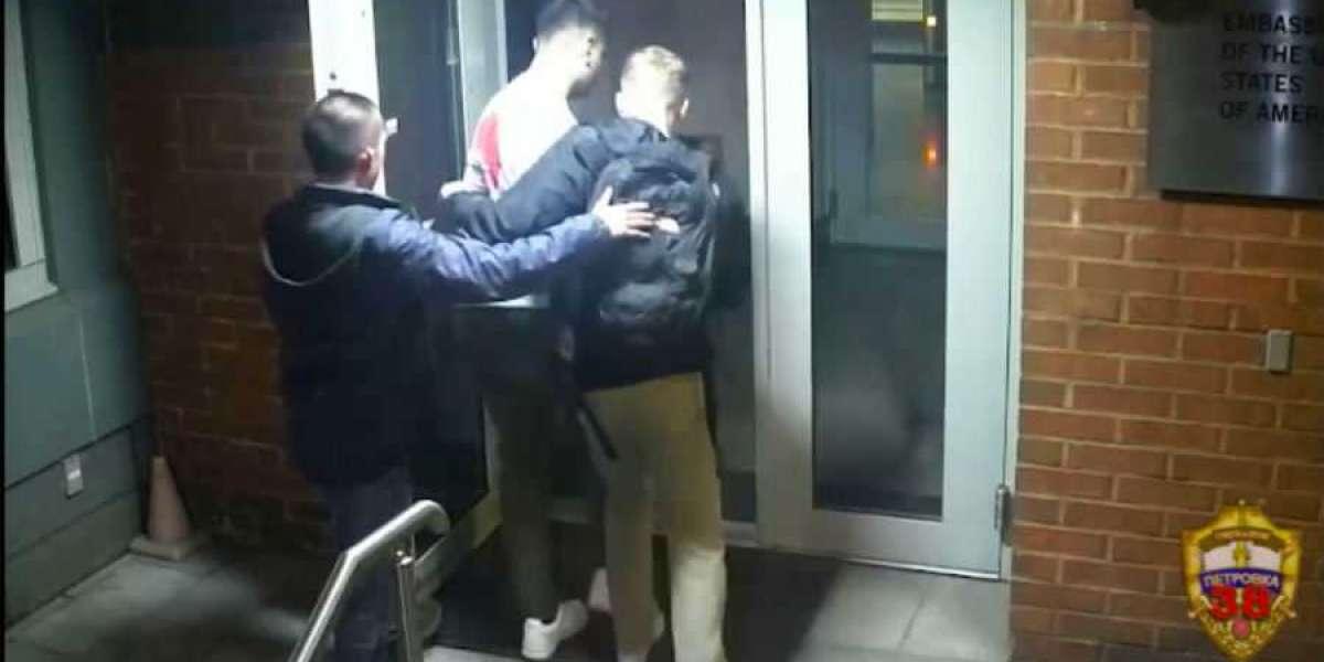 Американские дипломаты украли рюкзак у Москвича и ушли от ответственности